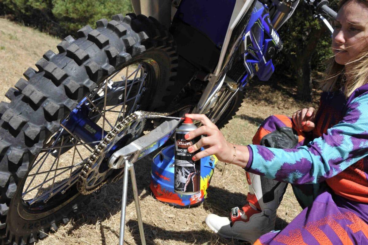 Comment savoir si une chaîne de moto est bien tendue ?